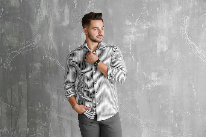 ストライプシャツを着る男