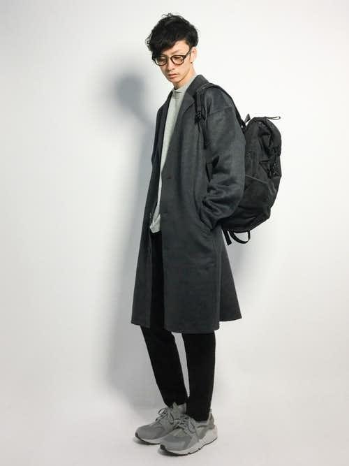 グレーチェスターコートと黒パンツの黒リュックコーディネート