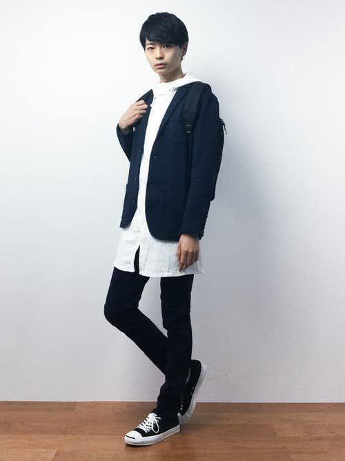 黒ジャケットと白ロングパーカーのメンズコーディネート