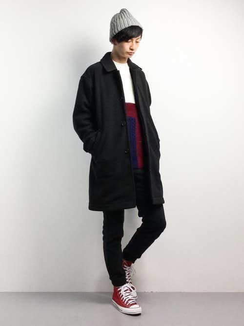 黒ステンカラーコートと赤スニーカーのメンズコーディネート