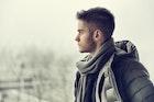 グレーマフラーの秋冬メンズコーデ集。おすすめの定番カラーを着こなして、サクッと防寒対策! | Smartlog
