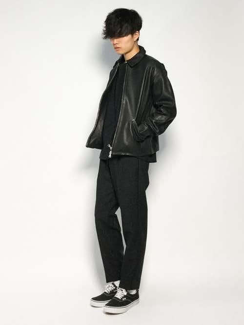 黒ブルゾンと黒パンツのコーデに黒スニーカーを合わせたメンズコーディネート