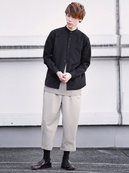 黒バンドカラーシャツとベージュワイドパンツのメンズコーディネート