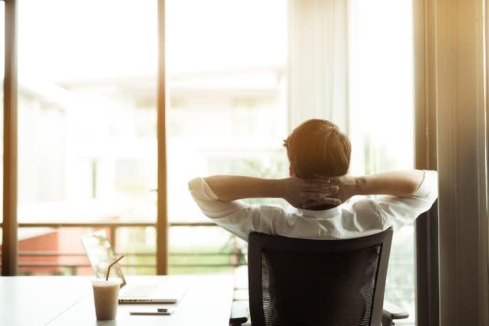 オフィスチェアに座る男