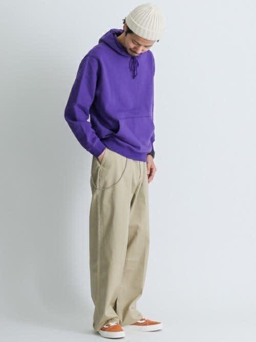 紫パーカーとベージュパンツのメンズコーディネート