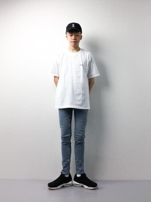 白Tシャツと黒エアマックスのメンズコーディネート