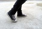黒スニーカーのメンズコーデ15選。おしゃれな着こなしは足元から! | Smartlog