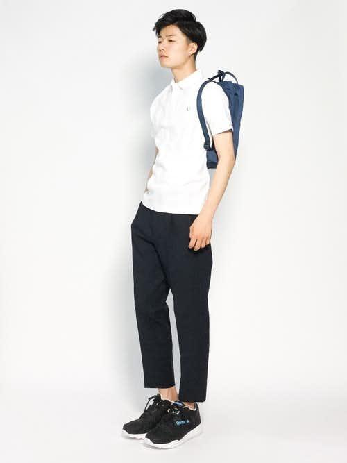 白ポロシャツ×ネイビーリュックのメンズコーデ