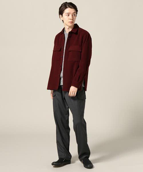 赤シャツを差し色にした季節感ある着こなし