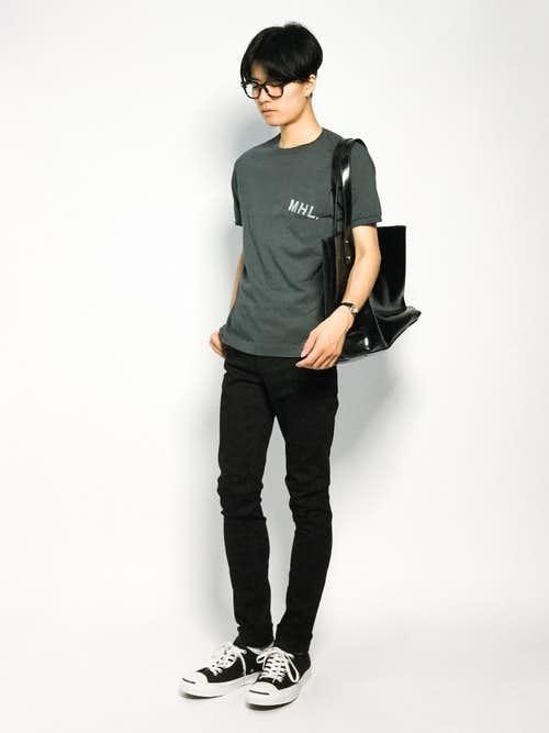 Tシャツとスキニーパンツの着こなしに黒トートバッグを使ったメンズコーディネート