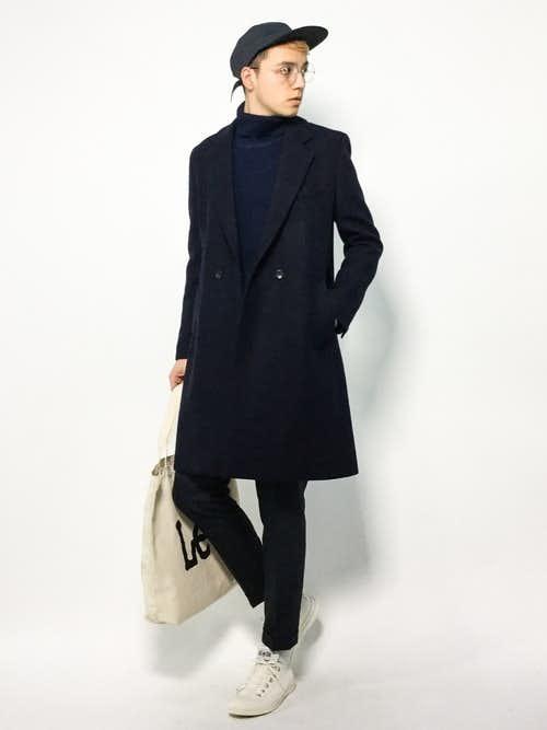黒チェスターコートと白トートバッグのおしゃれメンズコーディネート