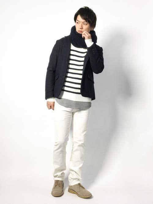 黒ジャケットと白パンツのコーデに黒スヌードを合わせたメンズ着こなし術