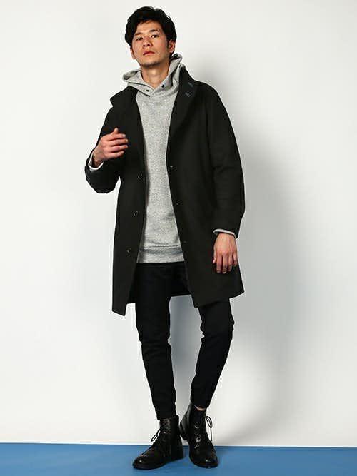 スタンドカラーコートと黒ジョガーパンツのおしゃれメンズコーディネート