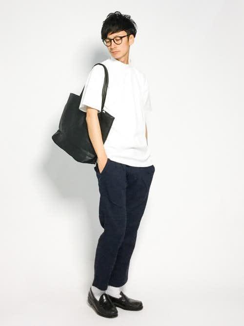 白Tシャツとスラックスの王道コーデに黒トートバッグを合わせた着こなし