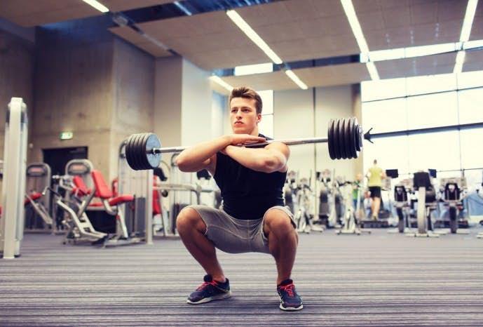 太ももを鍛えられるトレーニング「スクワット」