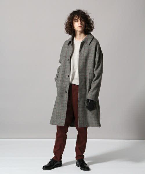 チェック柄のコートと合わせた洒脱なコーデ