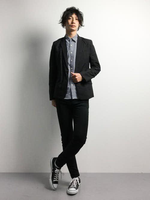 黒のセットアップとチェックシャツ着こなしコーデ