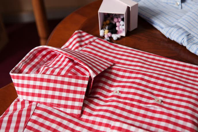 赤シャツの着こなしコーデ