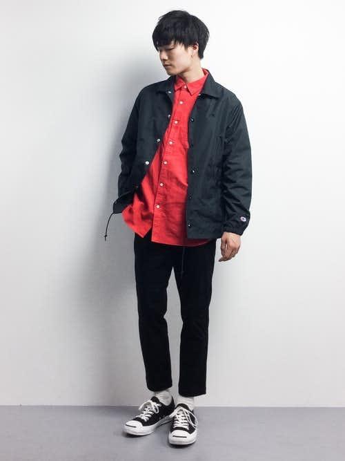 赤シャツとコーチジャケットの着こなしコーデ