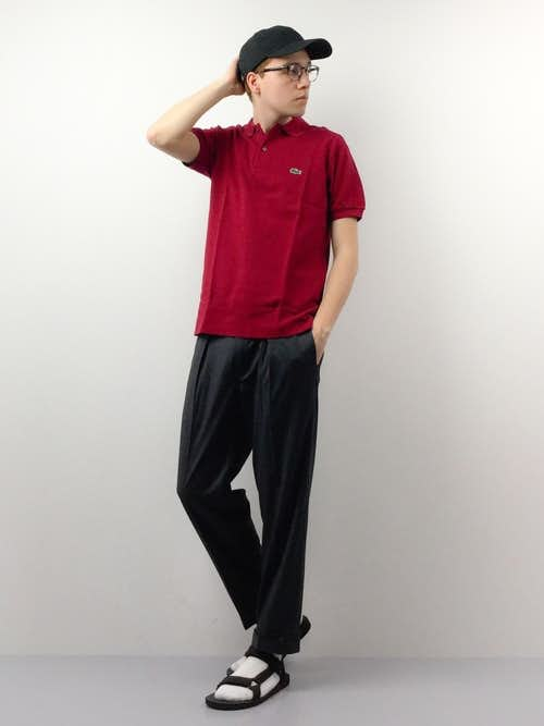 赤ポロシャツとスラックスの着こなしコーデ