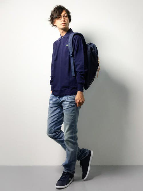 ネイビーポロシャツとデニムパンツの着こなしコーデ