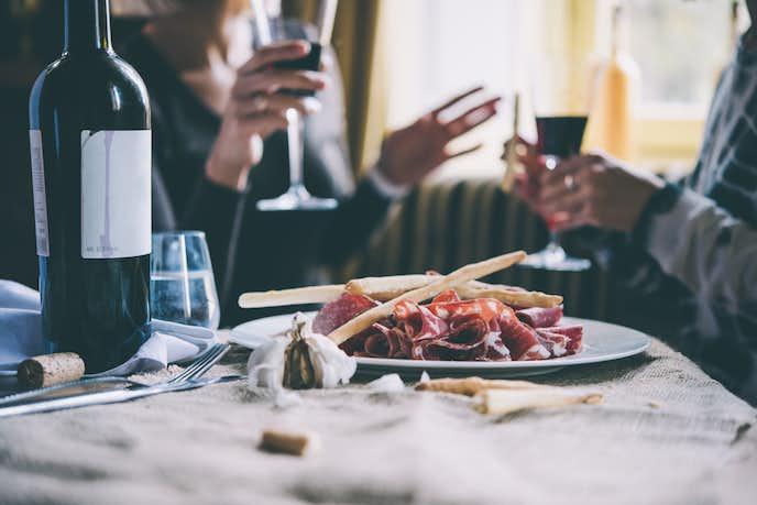 両親への結婚記念日プレゼントは食事券やグルメ