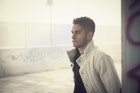上品で爽やかな服装に仕上がる。白ニットのメンズ着こなしコーデ術 | Smartlog