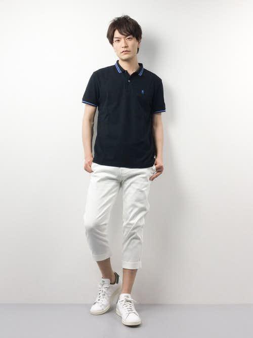 黒ポロシャツと白パンツの着こなしコーデ