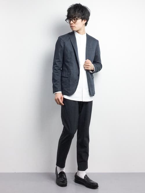 グレージャケットと白のバンドカラーシャツのコーデ