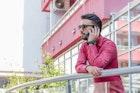 赤シャツでメンズコーデを鮮やかに仕上げる。彩り豊かな着こなし術10選 | Smartlog