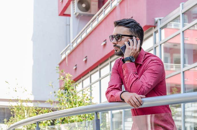 赤のシャツを活用したメンズコーディネート