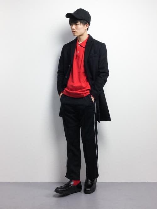 赤ポロシャツとチェスターコートの着こなしコーデ