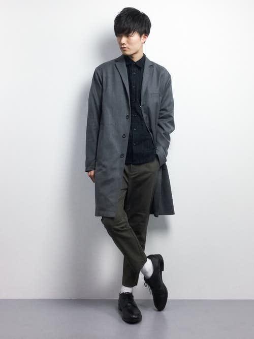 グレーのチェスターコートと黒シャツのコーデ