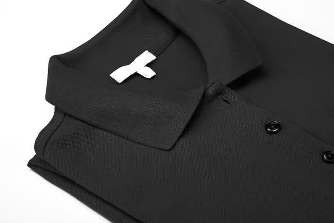 黒ポロシャツのメンズコーディネート