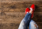 赤スニーカーでメンズコーデに彩りを。人気のシューズブランド7選 | Smartlog