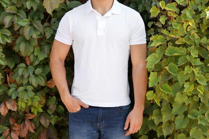 白のポロシャツでメンズコーデを格上げしてみて