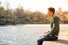 緑(グリーン)パーカーで上品な着こなしに。人気のメンズコーデ術8選 | Smartlog