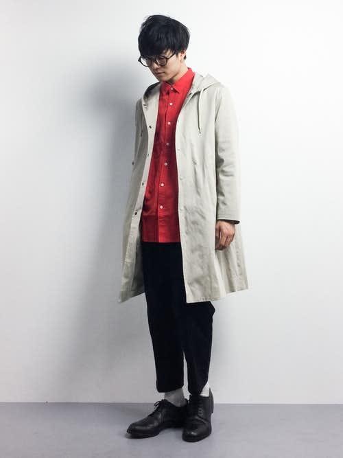 赤シャツとフードコートの着こなしコーデ