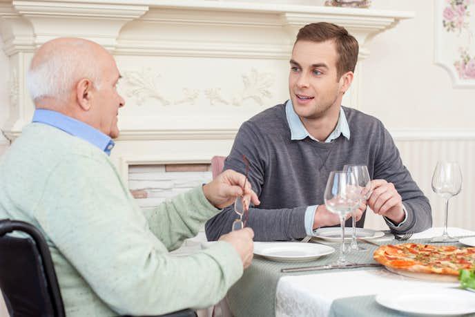 70代のお父さんに渡したい父の日プレゼントは一緒に出かけて食事する
