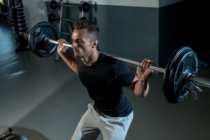 大腿直筋を鍛えられるバーベルスクワットトレーニング