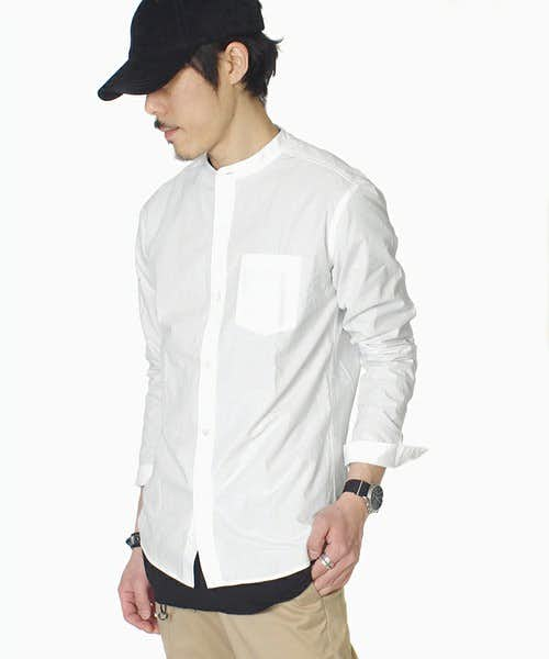 コーディネートに使用されているバンドカラーシャツ