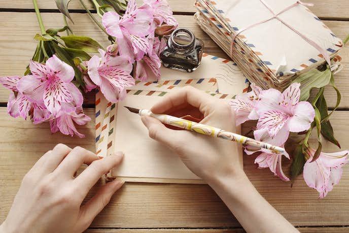 結婚祝いの花に手紙を添えて