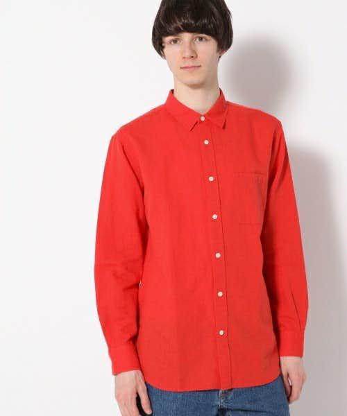 赤の長袖シャツ