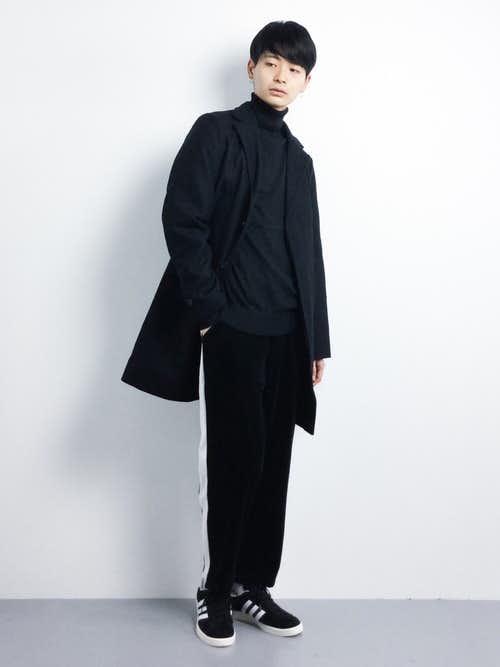 上下を黒で合わせたチェスターコートの着こなし