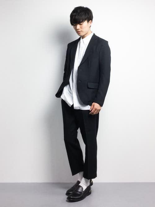 黒のテーラードジャケットと白シャツの着こなし