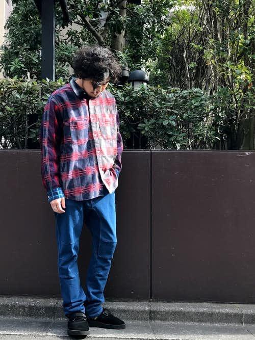 赤チェックシャツとワイドパンツの着こなし