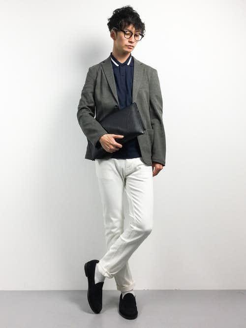 グレージャケットと白パンツの着こなし