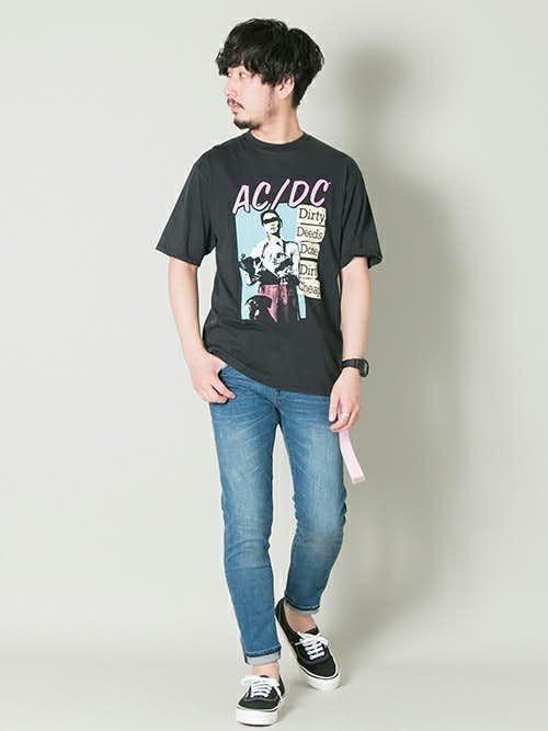 柄Tシャツとデニムパンツの着こなし