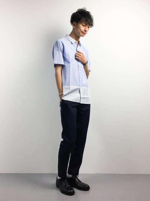 ライトブルーシャツのメンズコーデ