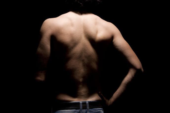 棘上筋を鍛えた男の肩